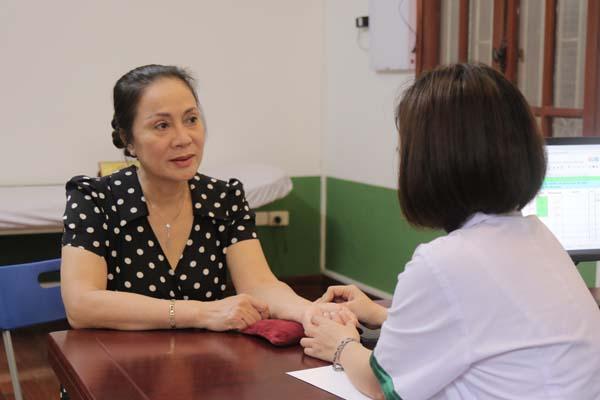 Nghệ sĩ ưu tú Hương Dung chữa mất ngủ tại TT Thuốc dân tộc