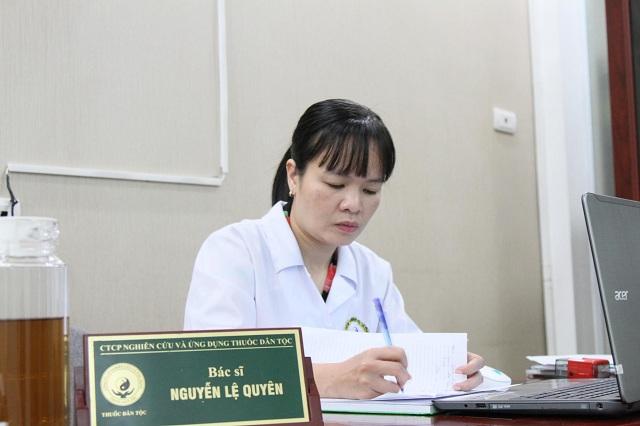 Bác sĩ Nguyễn Thị Lệ Quyên vẫn ngày ngày học tập và nghiên cứu về thảo dược Đông y