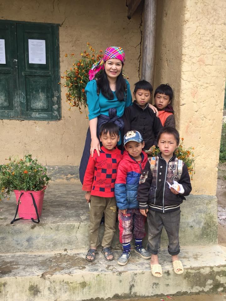 Bác sĩ Nguyễn Thị Lệ Quyên và trẻ em vùng cao