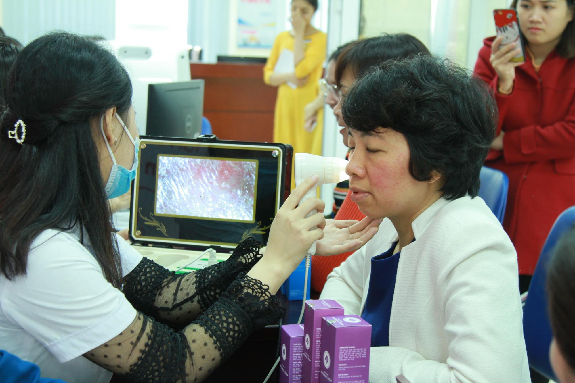 Các nữ cán bộ giảng viên được các kỹ thuật viên soi da và tư vấn về tình trạng da