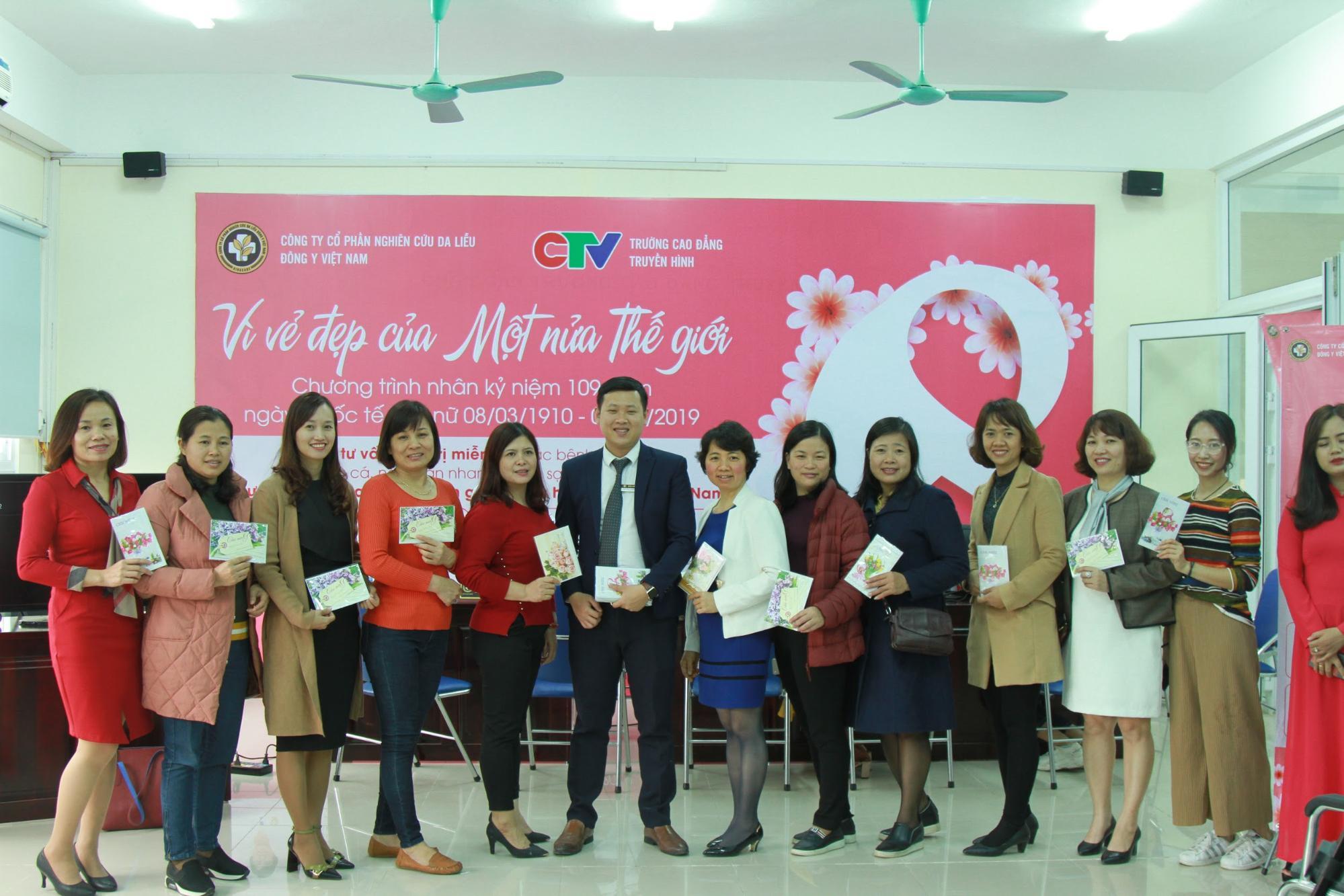 Ông Nguyễn Thành Long tặng thẻ chăm sóc da cao cấp cho nữ cán bộ Cao đẳng truyền hình