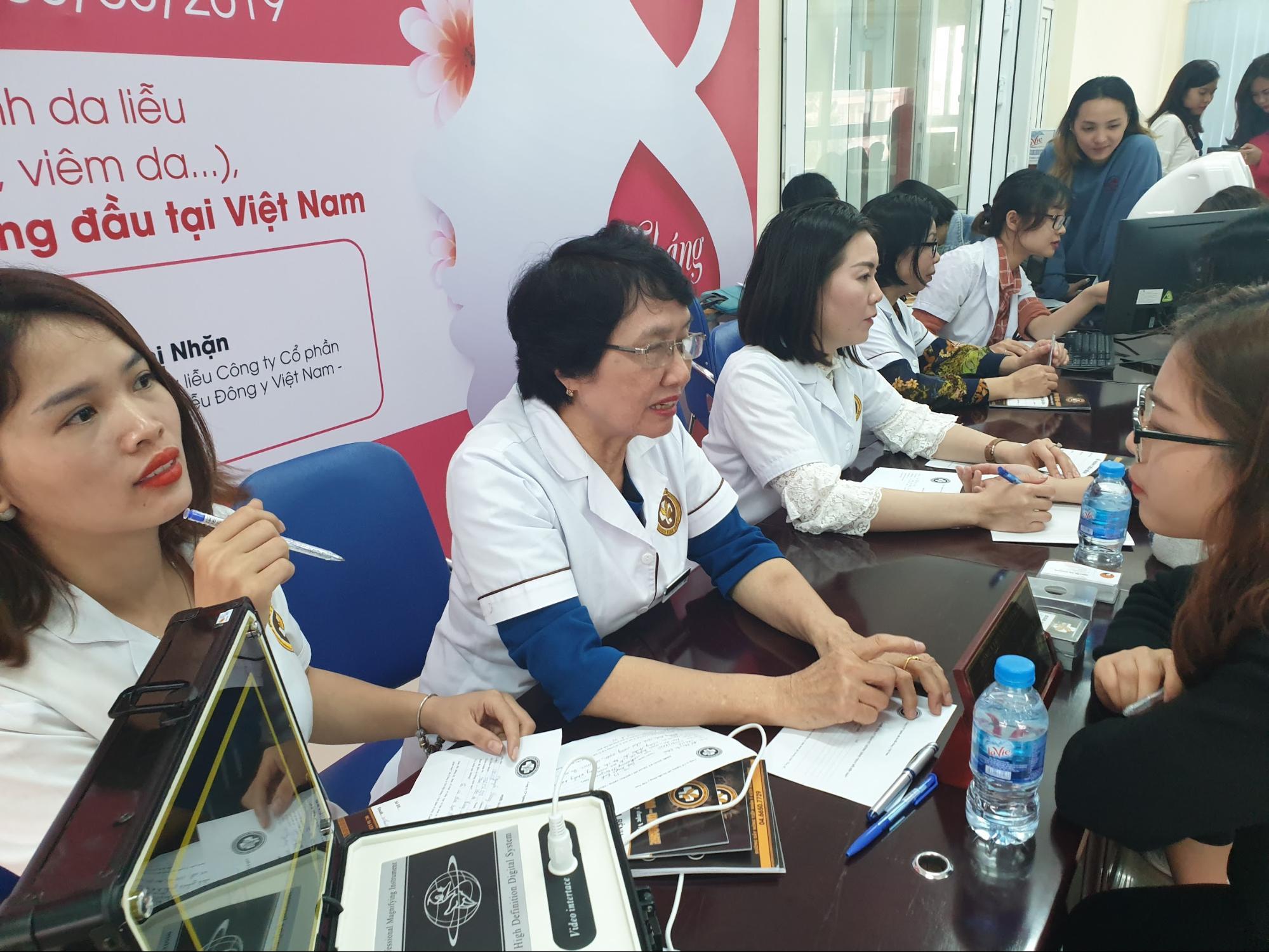 các bác sĩ, chuyên gia của Công ty CP Nghiên cứu Da liễu Đông y Việt Nam đang tư vấn cho sinh viên tại trường Cao đẳng truyền hình