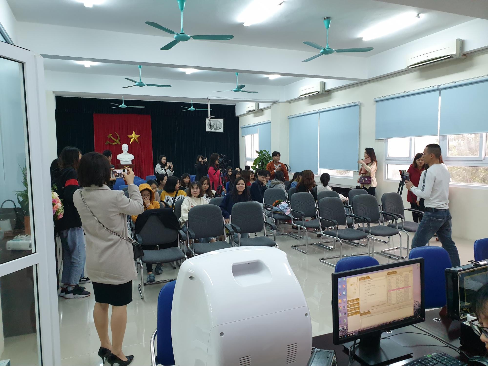 Sinh viên đến tham dự sự kiện Vì vẻ đẹp của một nửa thế giới do Công ty CP Nghiên cứu Da liễu Đông y Việt Nam tổ chức