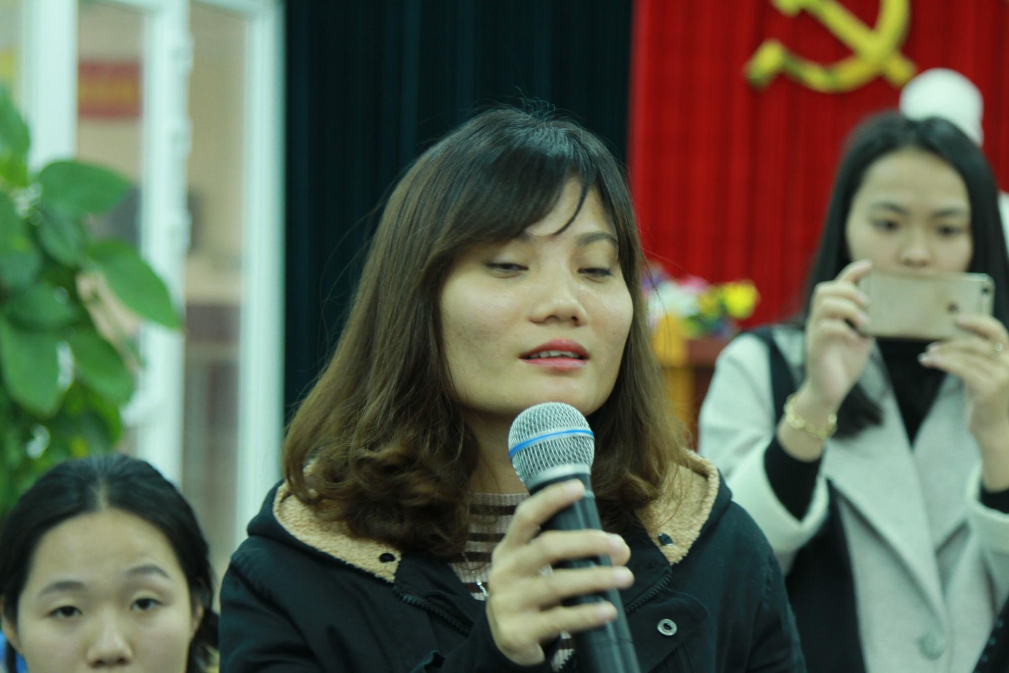 Một nữ giảng viên đặt câu hỏi về phương pháp điều trị nám da bằng thảo dược