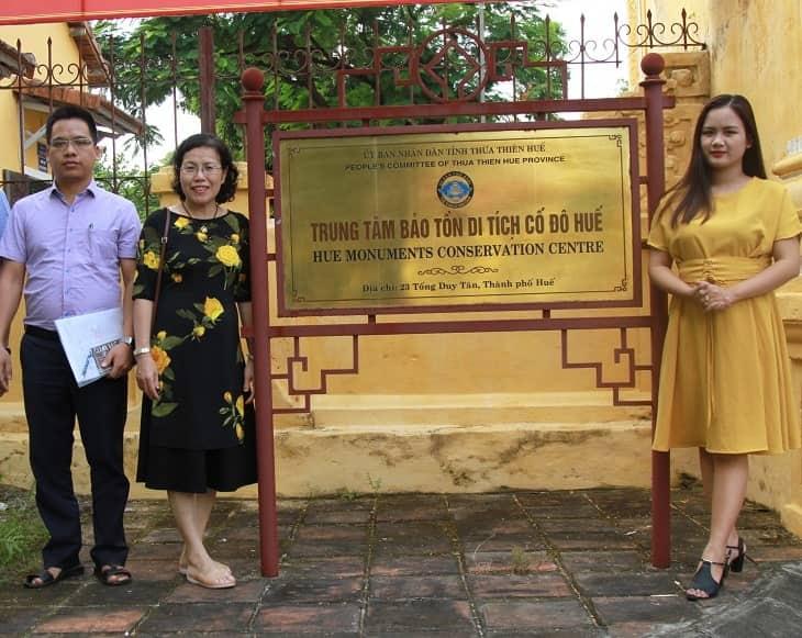 Tiến sĩ, Bác sĩ Nguyễn Thị Vân Anh trao đổi cùng đại diện Trung tâm bảo tồn di tích cố đô Huế