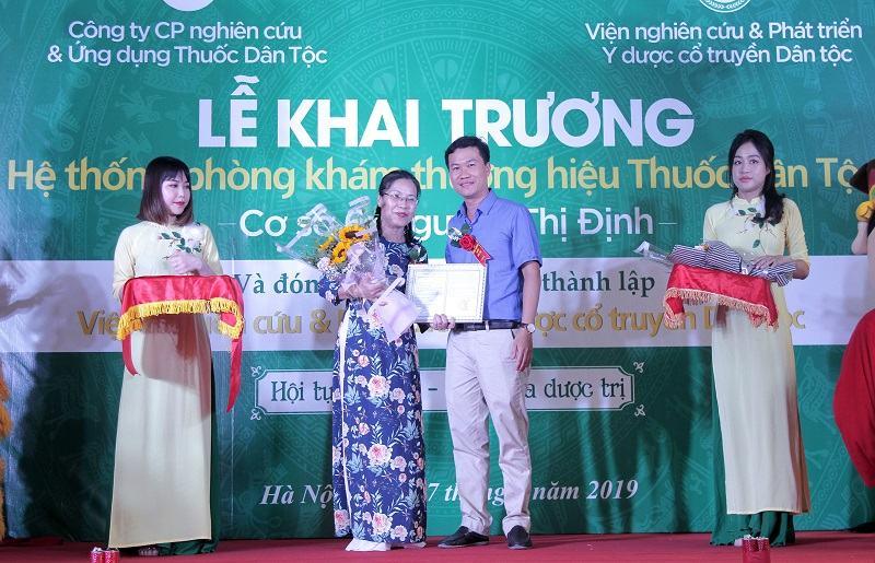 Bác sĩ Nguyễn Thị Vân Anh - Viện trưởng của Viện nghiên cứu và phát triển Y dược cổ truyền dân tộc