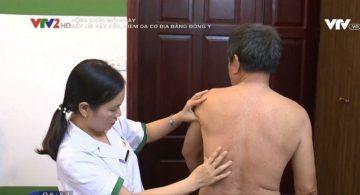 Bác sĩ Lệ Quyên trực tiếp khám chữa cho bệnh nhân vảy nến