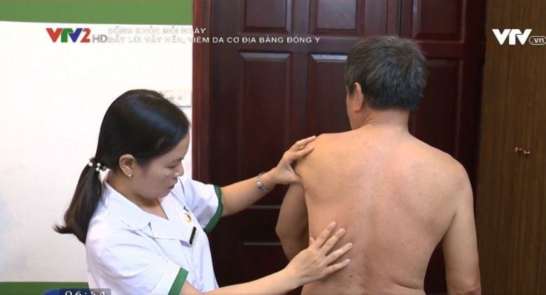 Ông Tuấn được bác sĩ Lệ Quyên trực tiếp thăm khám