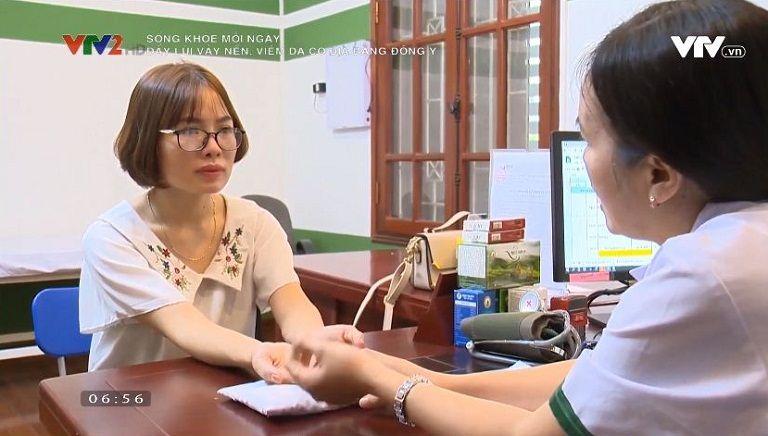 Bác sĩ Lệ Quyên khám chữa cho bệnh nhân viêm da cơ địa Nguyễn Thị Thỏa
