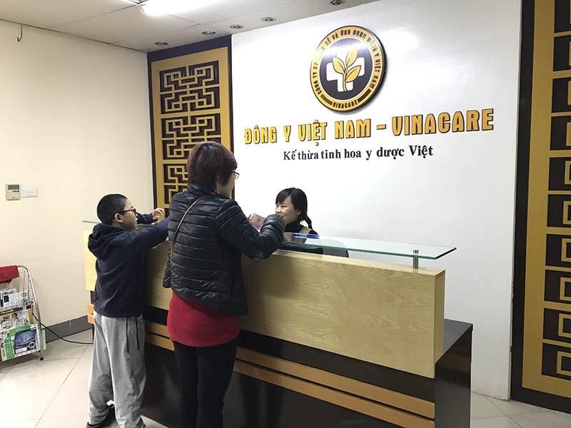 Chị Hoàng Thị Loan đưa con đến khám tại Trung tâm Đông y Việt Nam