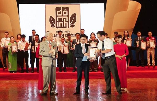 Đỗ Minh Đường nhận giải thưởng do người tiêu dùng và chuyên gia bình chọn năm 2017