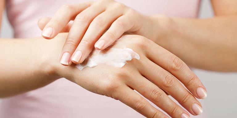 Bôi kem dưỡng ẩm giúp giảm cơn ngứa do mề đay