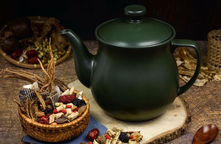 Nên dùng ấm sắc bằng sành hoặc sứ để không làm mất hoạt chất của các vị thuốc