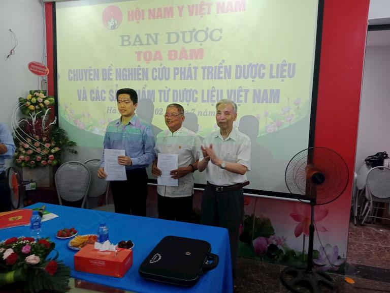 Ông Nguyễn Quang Hưng (ngoài cùng từ trái sang) được bổ nhiệm giữ chức Phó ban dược Hội Nam y Việt Nam