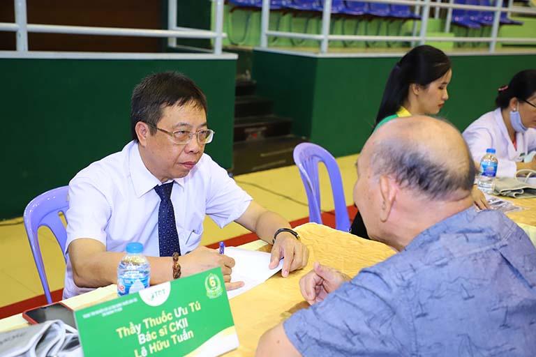 Bác sĩ Lê Hữu Tuấn thăm khám cho người bệnh tại lễ kỷ niệm