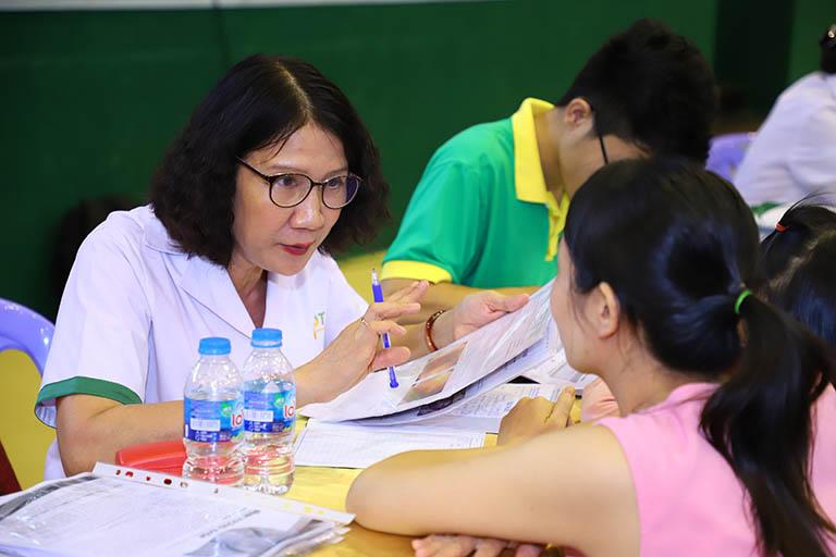 Bác sĩ Nguyễn Thị Tuyết Lan trực tiếp thăm khám cho bệnh nhân tại sự kiện