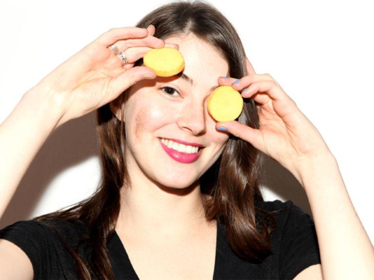 Sử dụng mẹo dân gian chữa bị nổi mẩn đỏ quanh mắt an toàn và lành tính