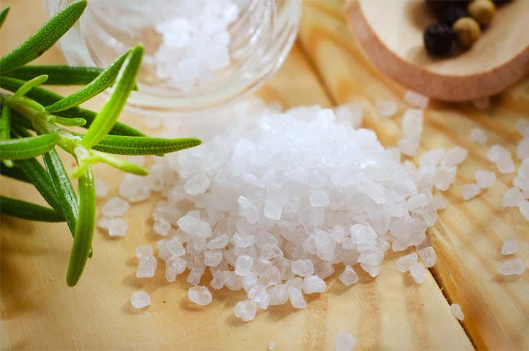 Ngâm nước muối ấm để giảm tình trạng ngứa và diệt khuẩn