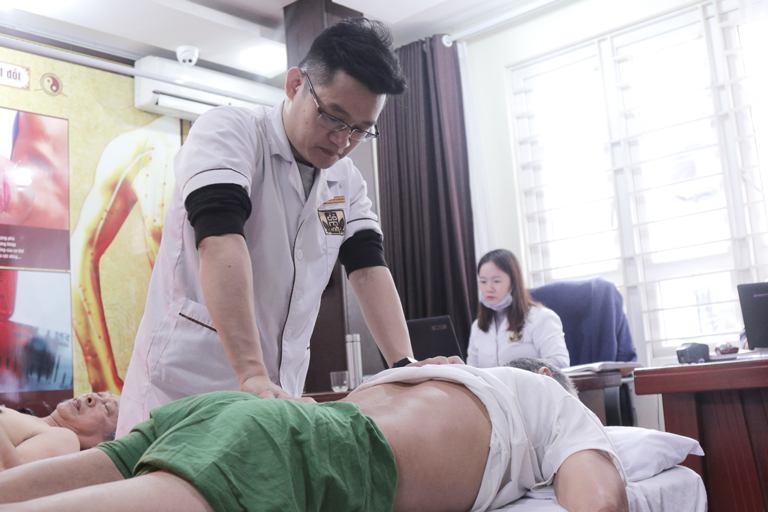 Chú Đăng cần điều trị tích cực vừa uống thuốc, vừa vật lý trị liệu trong 30 ngày để phục hồi vận động cho đôi chân