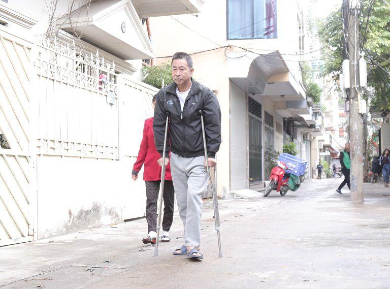 Chỉ sau 20 ngày điều trị chú Đăng đã có thể tự đi lại bằng nạng không cần người giúp
