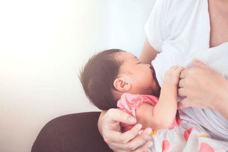 Mẹ nổi mề đay có nên cho con bú không là băn khoăn của rất nhiều mẹ bỉm sau sinh