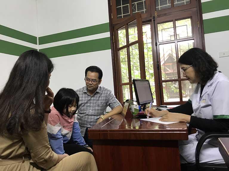 BS Tuyết Lan tỉ mỉ thăm khám cho cháu NSND Trần Nhượng khi đến Thuốc dân tộc chữa dạ dày HP