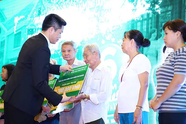 Ông Nguyễn Quang Hưng đại diện Trung tâm tặng quà cho gia đình có hoàn cảnh khó khăn