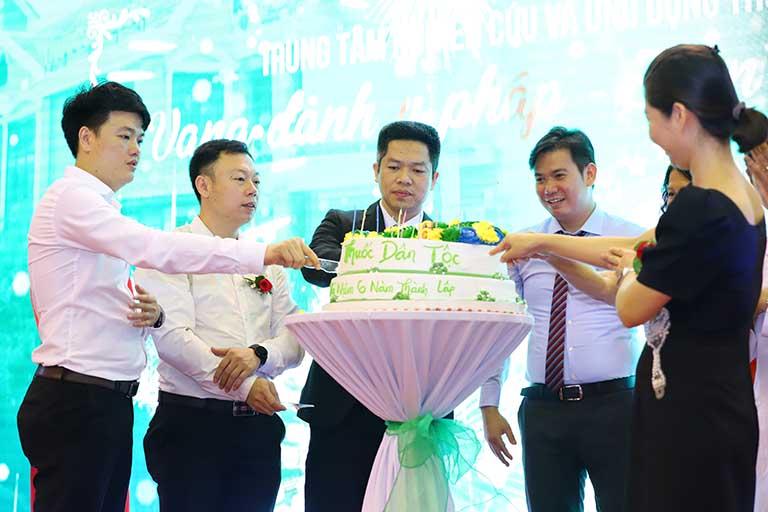 Nghi thức cắt bánh sinh nhât, chúc mừng chặng đường 6 năm phát triển tại Trung tâm Thuốc dân tộc cơ sở 145 Hoa Lan