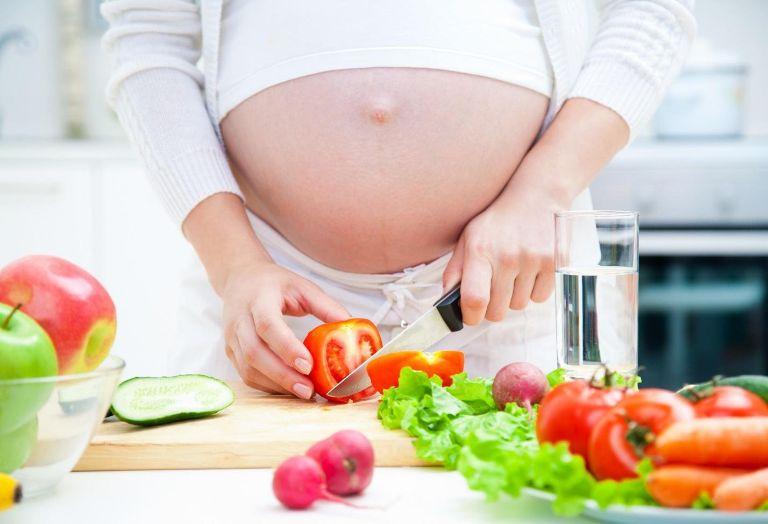 Mẹ cần có chế độ dinh dưỡng hợp lý, bổ sung nhiều vitamin và khoáng chất