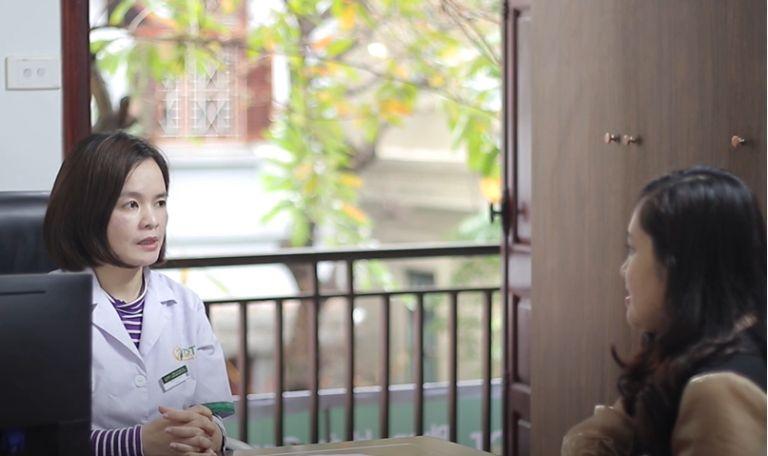 Bác sĩ Lệ Quyên thăm khám cho chị Trần Thị Tuyết Trinh
