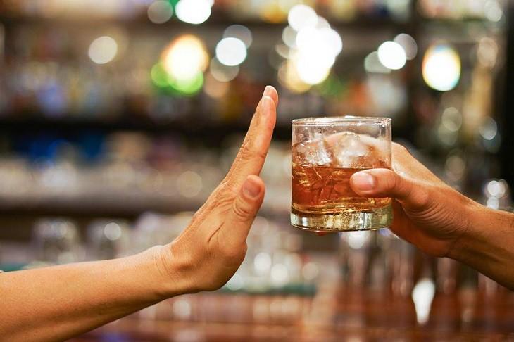 Người bệnh vảy nến cần kiêng rượu để tránh triệu chứng và tình trạng viêm tăng nặng