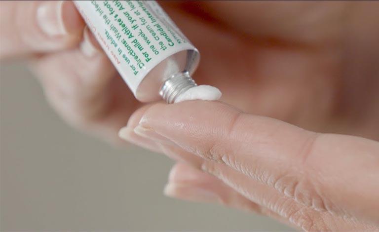 Sử dụng thuốc bôi để giảm triệu chứng bệnh, tuy nhiên không nên lạm dụng tránh tác dụng phụ