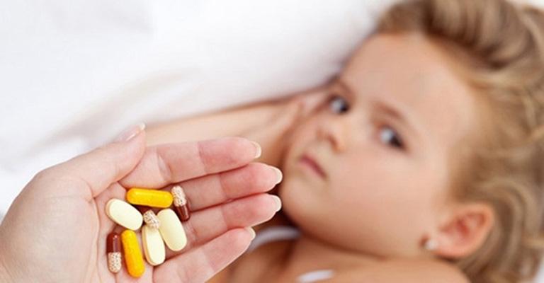 Phụ huynh cần tuyệt đối tuân thủ phác đồ điều trị của bác sĩ khi điều trị mẩn ngứa cho trẻ bằng thuốc Tây