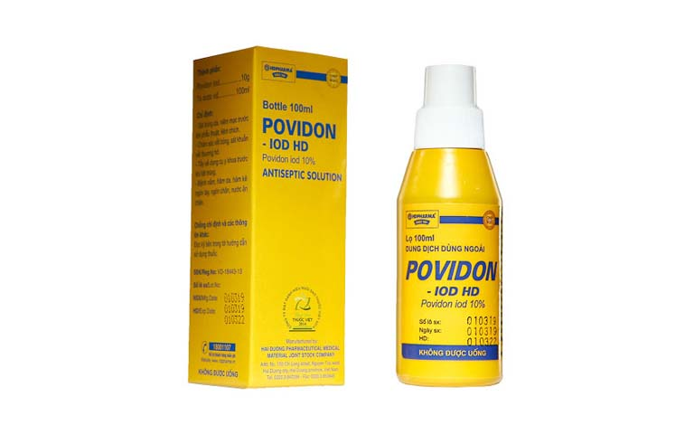 Cha mẹ có thể sử dụng dung dịch kháng khuẩn Povidon để cải thiện tình trạng nổi mẩn ở chân tay trẻ sơ sinh