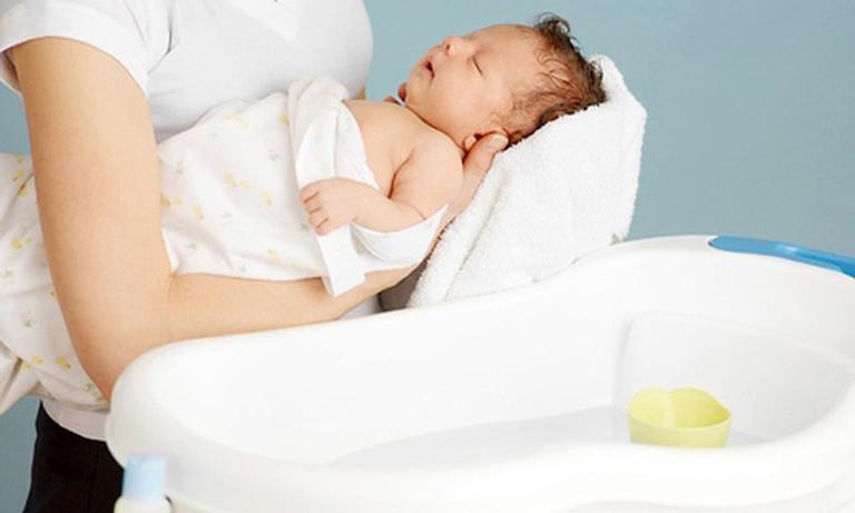 Cha mẹ có thể tắm nước lá cho trẻ để giảm mẩn ngứa