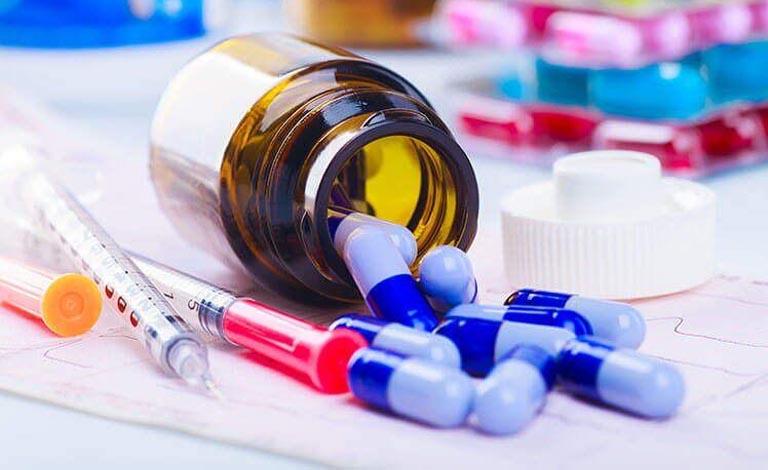 Sử dụng thuốc Tây có thể nhanh chóng giảm triệu chứng nổi mẩn đỏ ngứa nhưng tiềm ẩn tác dụng phụ