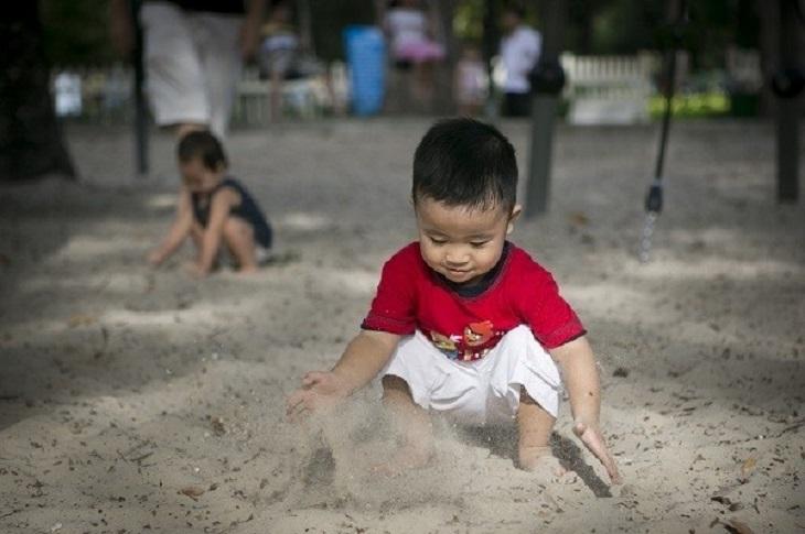 Trẻ bị á sừng do thường xuyên tiếp xúc bụi bẩn độc hại