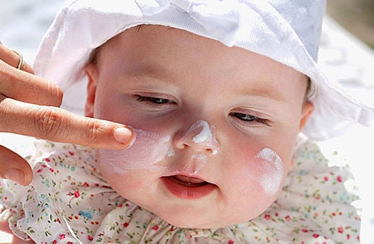 Cho trẻ dùng thuốc trị bệnh theo chỉ dẫn của bác sĩ