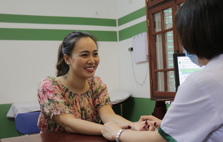 Diễn viên Khánh Linh thăm khám bệnh mề đay