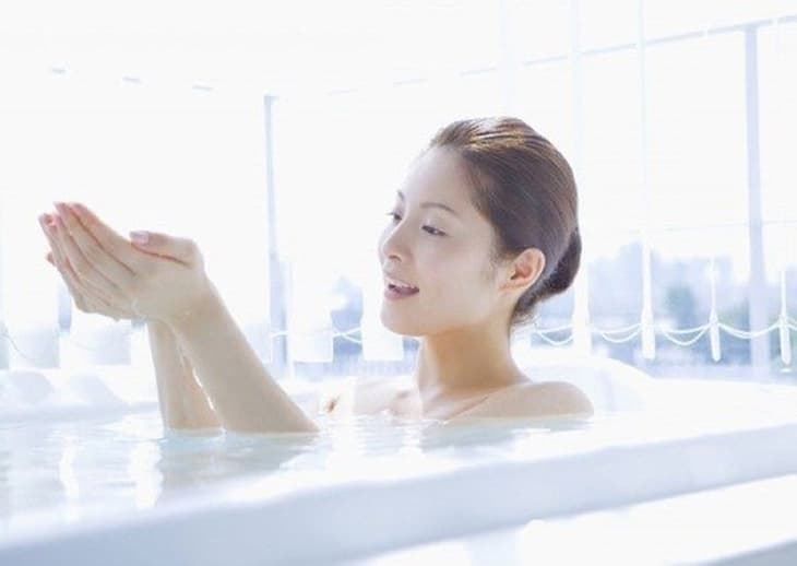 Ngâm mình trong bồn tắm nước ấm cùng giấm táo và dầu dừa