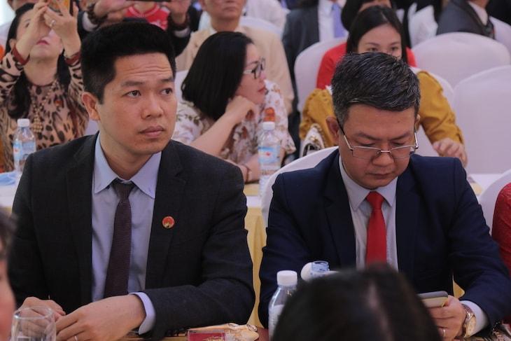 Lương y Đỗ Minh Tuấn (phải) cùng Ông Nguyễn Quang Hưng (trái) trong sự kiện
