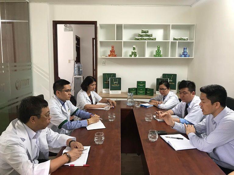 Đội ngũ bác sĩ Thuốc dân tộc đang trao đổi chuyên môn
