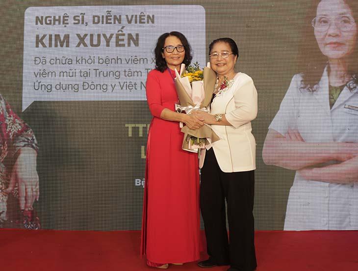 Nghệ sĩ Kim Xuyến gặp lại bác sĩ Lê Phương nhân ngày khai trương Bệnh viện Quân Dân 102