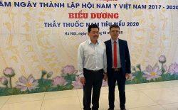 Lương y Võ Hoàng Yên chụp ảnh cùng lương y Đỗ Minh Tuấn (GĐ chuyên môn nhà thuốc Đỗ Minh Đường)