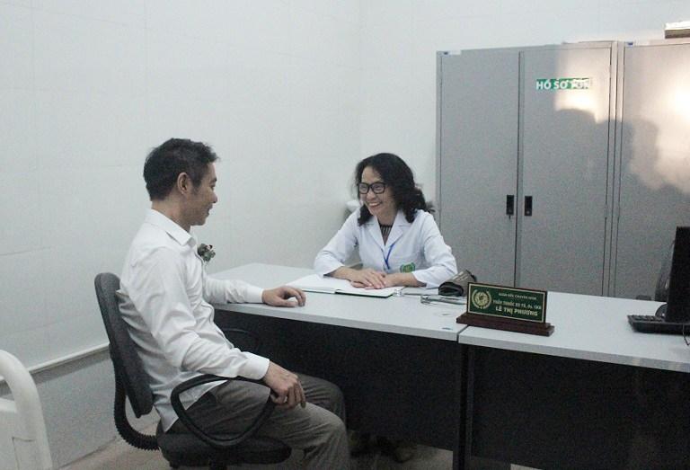 Nghệ sĩ Công Lý thăm khám cùng bác sĩ Lê Phương - Giám đốc chuyên môn Bệnh viện YHCT Quân dân 102