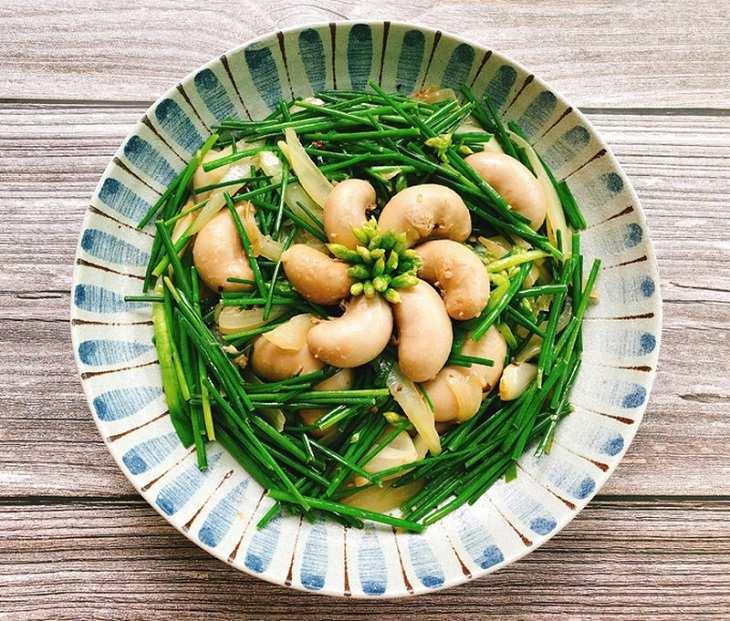 Ngọc kê nấu lá hẹ giúp kích thích sản sinh Testosterone từ đó cải thiện chất lượng tinh trùng