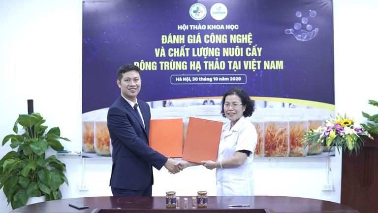 Đại diện 2 bên ký kết hợp tác trong đề tài nghiên cứu khoa học đông trùng hạ thảo chuyên sâu