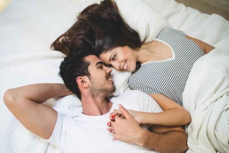 Tránh tạo áp lực lên chuyện yếu khiến chồng căng thẳng, stress, yếu sinh lý trở nặng