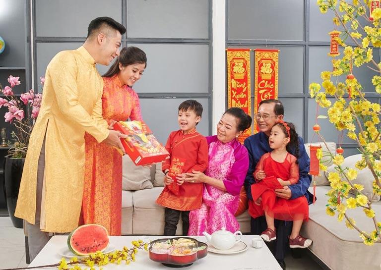Biếu tặng quà Tết là văn hoá truyền thống bao đời nay của người Việt Nam