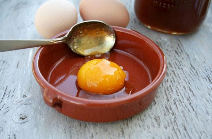 """Mật ong và trứng là """"bộ đôi"""" hữu ích cho người yếu sinh lý"""